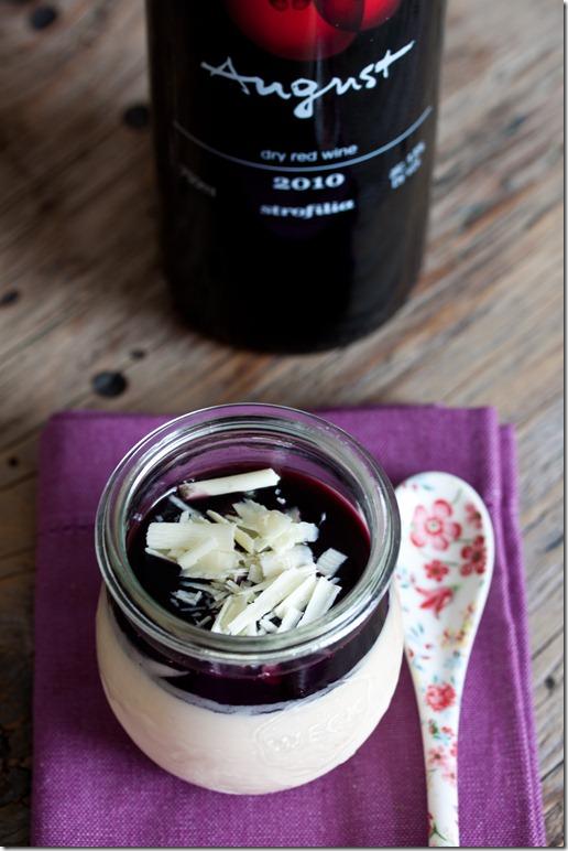 Παρφέ άσπρης σοκολάτας με σάλτσα κόκκινου κρασιού (1 von 1)