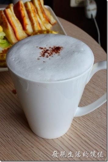台南-蒂兒咖啡早午餐。熱卡布其諾咖啡。喝起來稍待苦味。