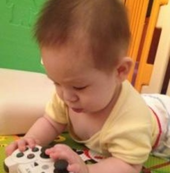 25645_1_cutest_child_with_technology_photo_contest_win_cute_gigabyte_h77n_wifi_motherboard
