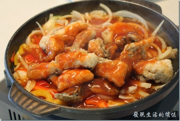 高雄-頭前園土雞城休閒餐廳。鹽燒泥火山銀雕。這就是最後的完成品,鯛魚的肉質不錯,不過有刺,還蠻大跟的刺,吃得時候還是要稍微注意一下,尤其是老人家。