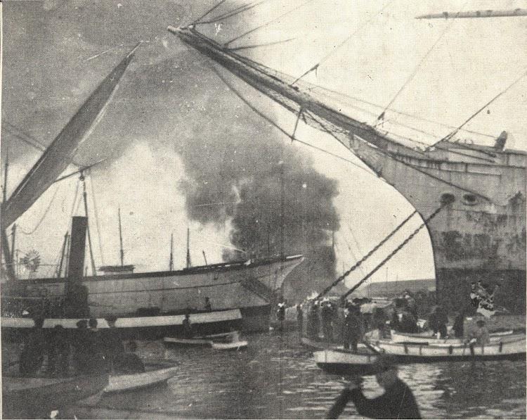 Incendio de la goleta MARGARITA. Foto de la Memoria del Puerto de Barcelona, Años 1920-1921 y 1921-1922.jpg