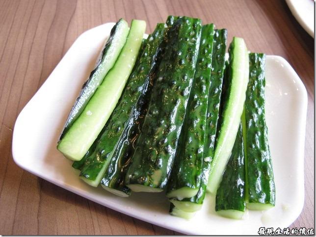 上海-吉亨麵館御橋店。涼拌黃瓜RMB8。這涼拌黃瓜只能說普通,不過在炎熱的夏日吃上一口冰鎮的黃瓜,真的有夠透心涼。我個人還是比較喜歡龍銘路的脆皮黃瓜,把黃瓜切成卷狀的薄片,然後加點蒜頭、麻油涼拌,不過比較費功夫,所以一般很好見到。