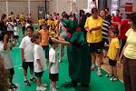 La mascota del CB Sa Cabaneta donant les medalles