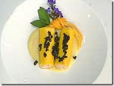 Cannelloni ripieni di salmone con olive nere all'arancia