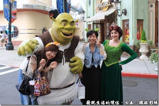日本-環球影城,詼諧的史瑞克正在捉弄遊客,一旁的公主笑臉迎人的與遊客合影。
