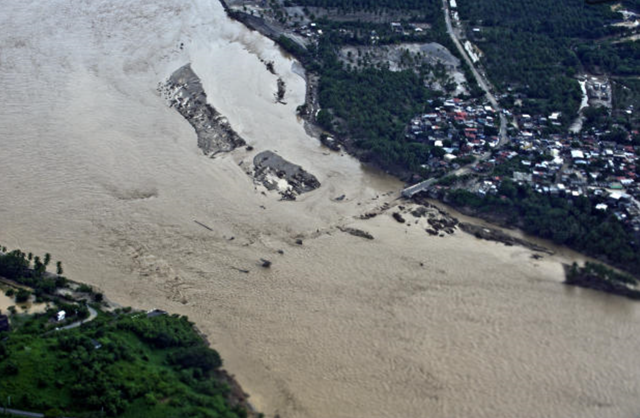Aerial view of a fallen bridge over the Papagayo River in Acapulco, Mexico, 17 September 2013. Photo: Ronaldo Schemidt / AFP / Getty Images