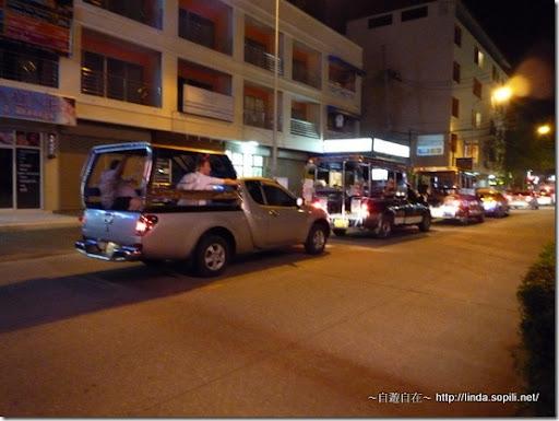 泰國芭達雅Phuphaya Resort飯店門口街道