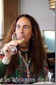 Marian catando el vino blanco