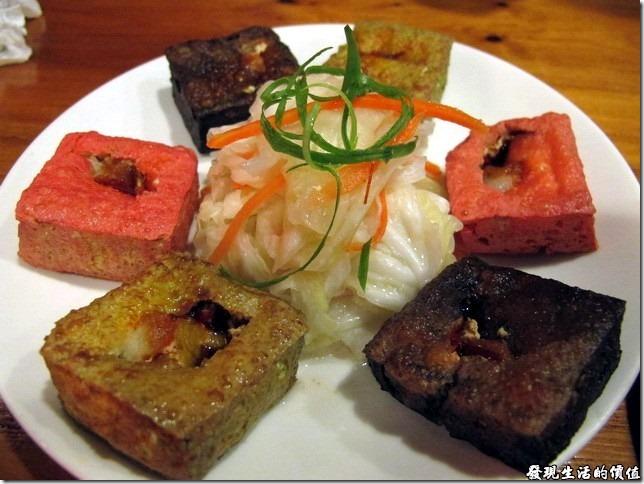 台南-豪記臭豆腐。私房三色臭豆腐,NT$100。裡頭放了紅麴、芥末、竹碳等三種天然的食材,製作出不同顏色的臭豆腐,再下去酥炸。上頭還特地挖出一個洞來放醬汁,不過這口感及口味似乎沒有傳統炸臭豆腐來的好吃與美味,純粹就是吃健康的。