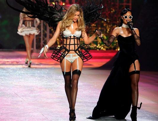03 - Doutzen Kroes e Rihanna de vestido Vivienne Westwood e óculos Chanel