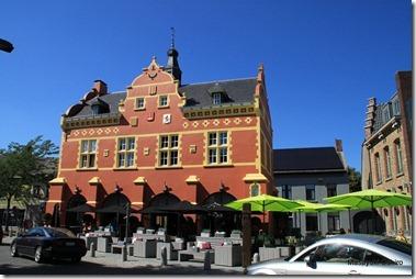 旧市庁舎、今はカフェ、レストランになっている。