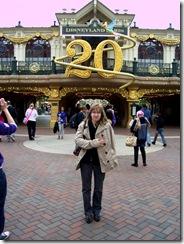 2012.07.12-002 Stéphanie devant l'entrée