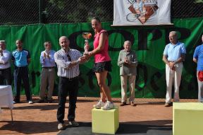 Il sindaco Tullio Aramini premia la finalista Elena Rutigliano.