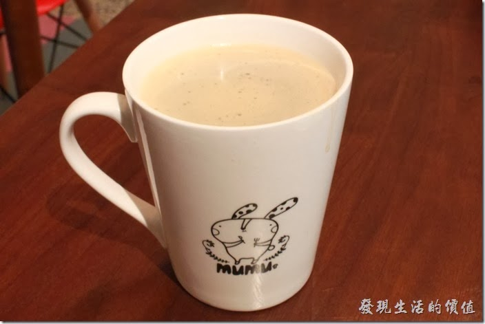 台南-mumu小客廳早午餐。這杯是黑咖啡,馬克杯上有munu的圖案。咖啡的味道極淡。