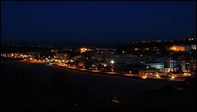 Noche de un pueblo con mar