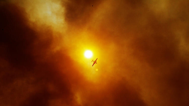 Thick smoke nearly obscures the sun above San Marcos, California, where the wildfire continues to burn, 15 May 2014. Photo: Luis Sinco / Los Angeles Times