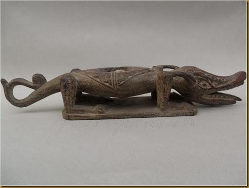 Patung buaya primitif