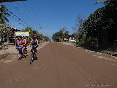 17. fete goale pe bicicleta.JPG