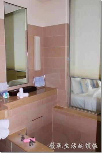 南投日月潭-雲品酒店。浴缸邊上還有一隻粉紅色的可愛溫度計,讓你泡湯量水溫,只要把浴缸旁的羅馬連拉上,就可以一泡澡一邊看電視了,也算是一種享受吧。