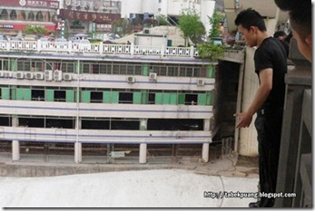 parkour-enthusiast-dives-from-40-meter-high-bridge-disappears-01-600x399