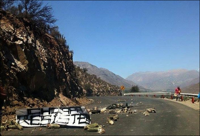 A sign reads, 'Choapa Resiste!'. Eight people were injured on 4 March 2015 as police violently cracked down on hundreds of protesters demanding a solution to the environmental crisis caused by the Los Pelambres copper mine in Chile. Photo: El Ciudadano