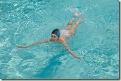 7649316-la-chica-de-deportes-nada-en-la-piscina