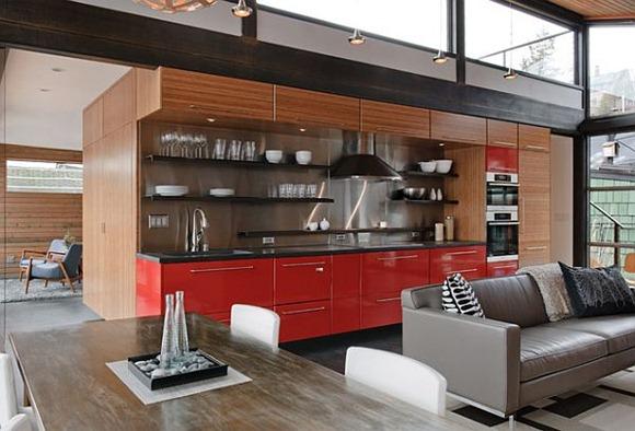Diseño de plan abierto cocina con gabinetes de color rojo