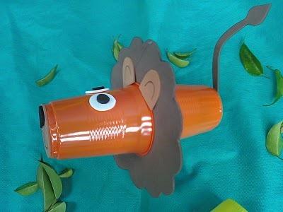 leon con vaso de plasico