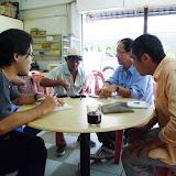写真10 Sebauhの町で華人の元トレーダーへの聞き取り調査華語、福建語、英語を交えての調査で、華人トレーダーたちの先住民との関係や「なわばり」意識などについても話を聞くことができた。/ Photo10 Interviewed an ethnic Chinese ex-trader man using Mandarin and Fujian and English