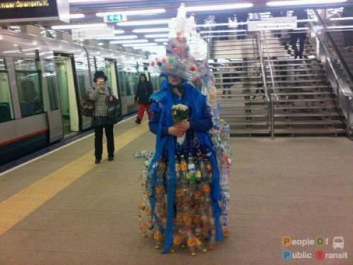 pessoas bizarras em metrô (4)