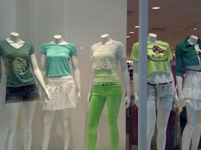 緑色の服を着たマネキンたち