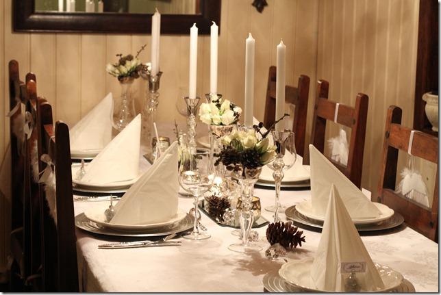 hvitt bord pyntet med sølv, kongler, diamanter og snø  IMG_0792