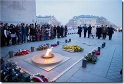 Panorámica de la Ofrenda floral en el Arco del Triunfo de París