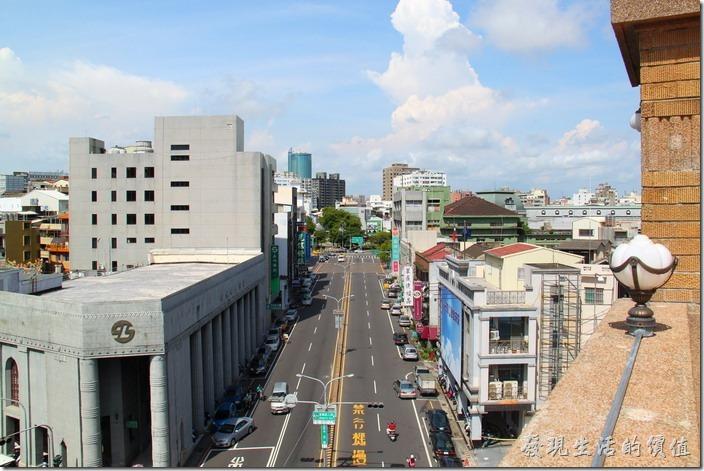 台南-林百貨。從高處往下望,中正路的視野全在眼下,這條中正路在當時可是商業一條街呢。