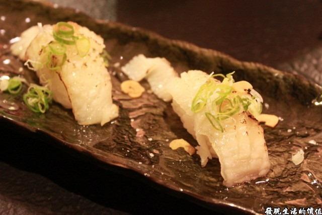 台南-花川日本料理。比目魚握壽司(推薦),比目魚應該有漬燒過,所以看起來表面稍微有點焦黑,雖不及toro的入口即化,但魚肉真的很鮮嫩。