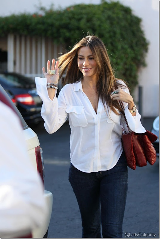 sofia-vergara-white-shirt-3