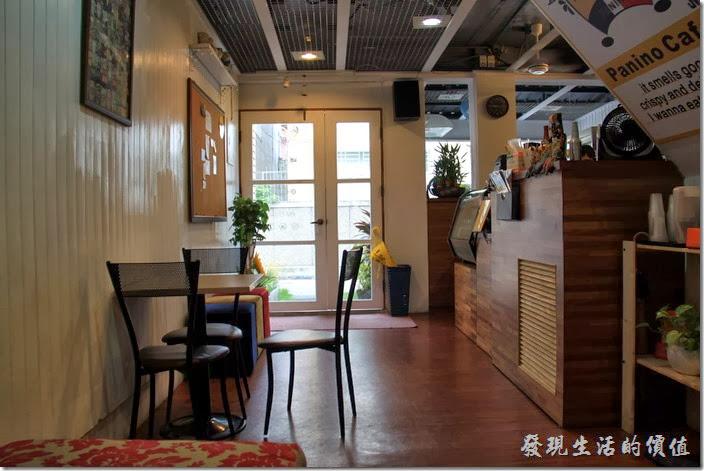 台南-帕里諾咖啡。台南【帕里諾】一樓的空間其實也不大,一張三人的小桌子,以及一張四人的沙發坐。
