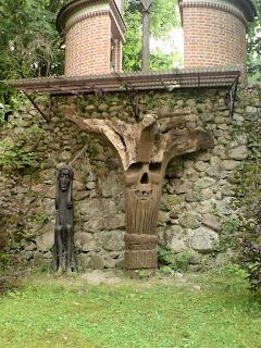 """""""Czarnobyl"""" drewniana rzeźba autorstwa Tadeusza Niewiadomskiego"""