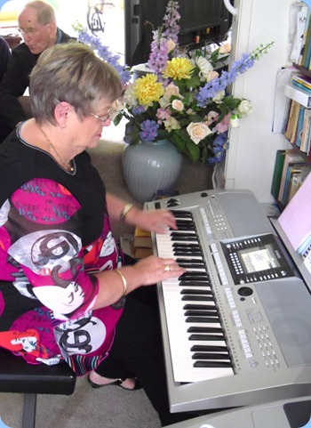 Barbara McNab giving Peter Brophy's Yamaha PSR-910 a whirl