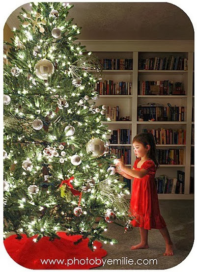 How to Take Beautiful Christmas Tree Photos by PhotobyEmilie