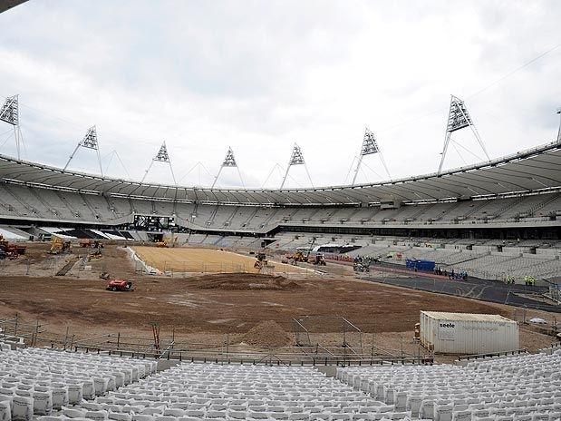 estadio olimpico cercado por piramides