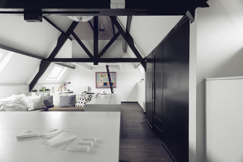 Zolderkamer met werkplek en bedden
