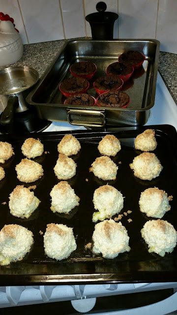 Kokosmakroner som ikke er faldet sammen. Sikkert på grund af kartoffelmelen.