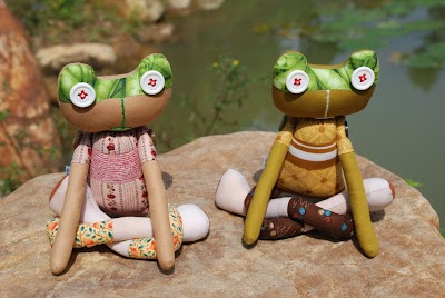 社區文創產業社區媽媽所製作的瑜珈蛙〈攝影顏新珠〉.JPG