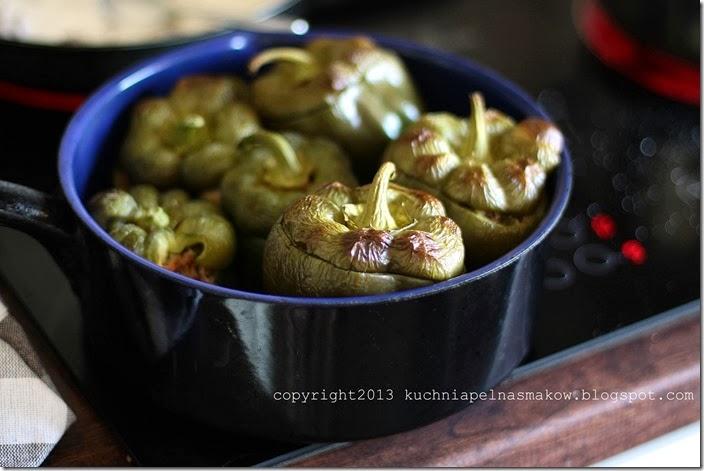 czekoladowa papryka faszerowana kaszą gryczana i kurkami w sosie śmietanowym (1)