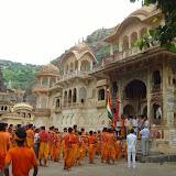 Une procession au temple des singes
