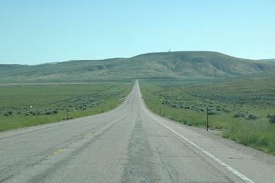 平原の中の直線道路