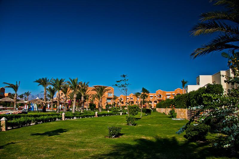 Отель Caribean World Resort Soma Bay. Хургада. Египет. Справа в уголочке проглядывает то-ли ВИП домик, то-ли резиденция хозяина отеля.