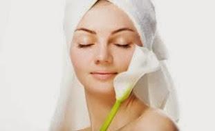 menghaluskan kulit wajah dengan alami
