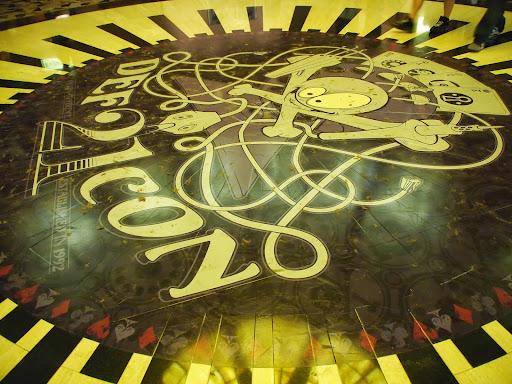 [写真]Black Hatに続いて、床に貼られたでかいロゴの写真。こういうの日本のITイベントでもあればいいのに。